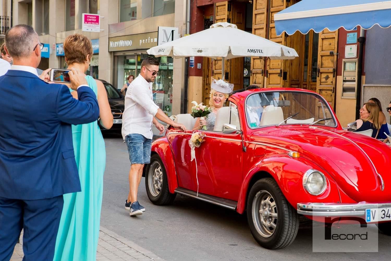 celebración boda con coche clásico alquilado